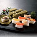 香り豊かな柿の葉寿司を味わう